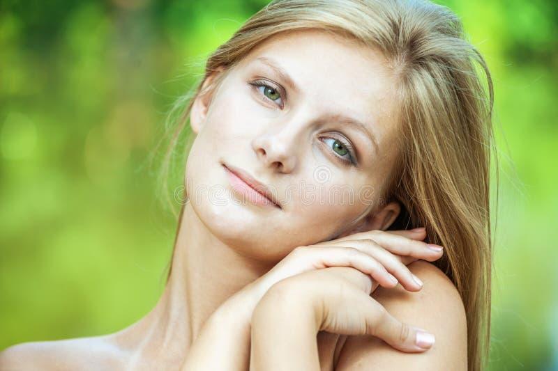 美丽的白肤金发的纵向妇女年轻人 免版税库存照片