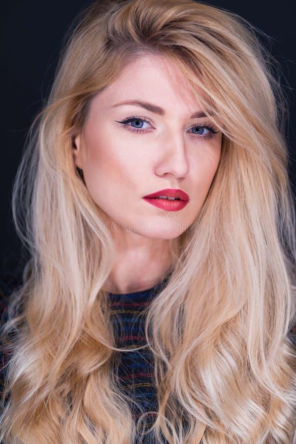 美丽的白肤金发的纵向 免版税库存照片