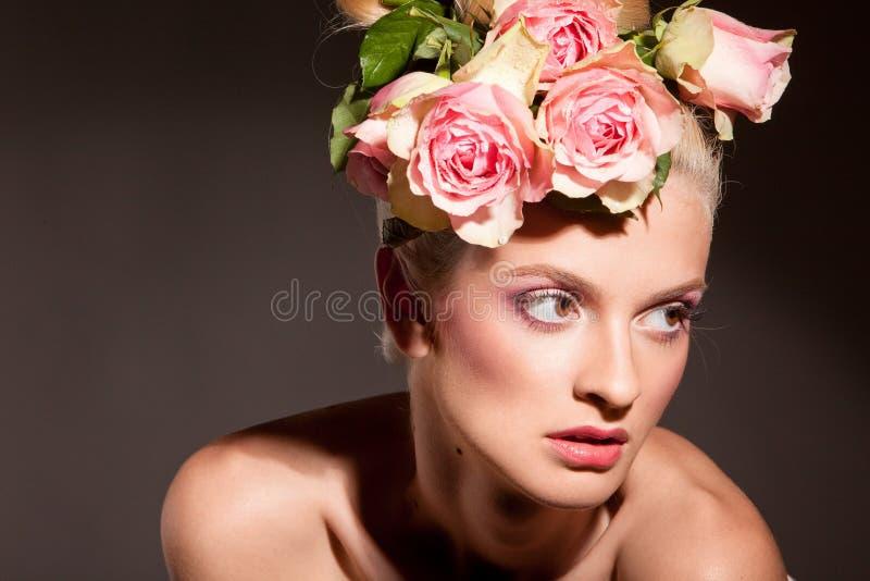 美丽的白肤金发的花花圈 库存照片