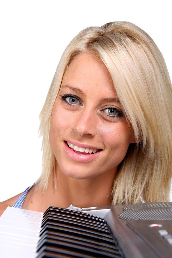 美丽的白肤金发的键盘演奏者 免版税库存照片