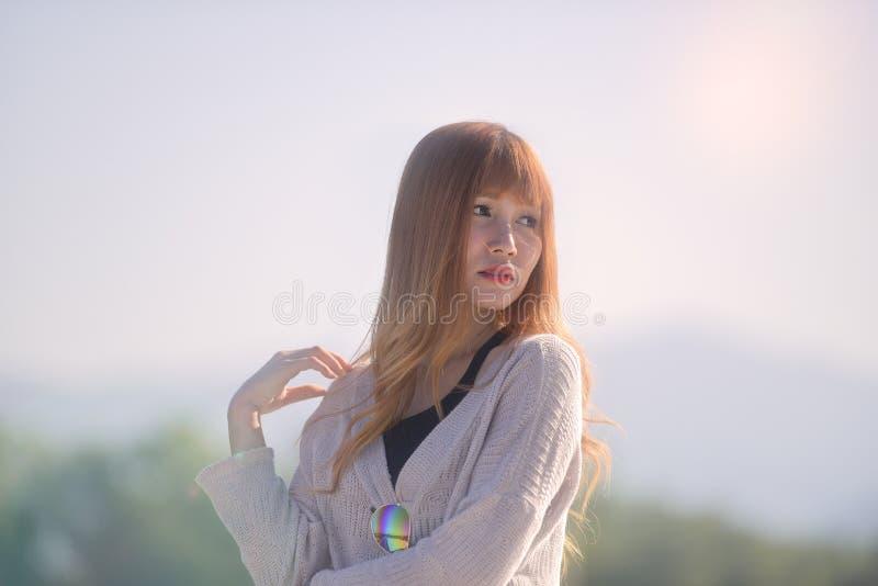 美丽的白肤金发的长的头发亚洲夫人画象时尚样式的 免版税库存图片