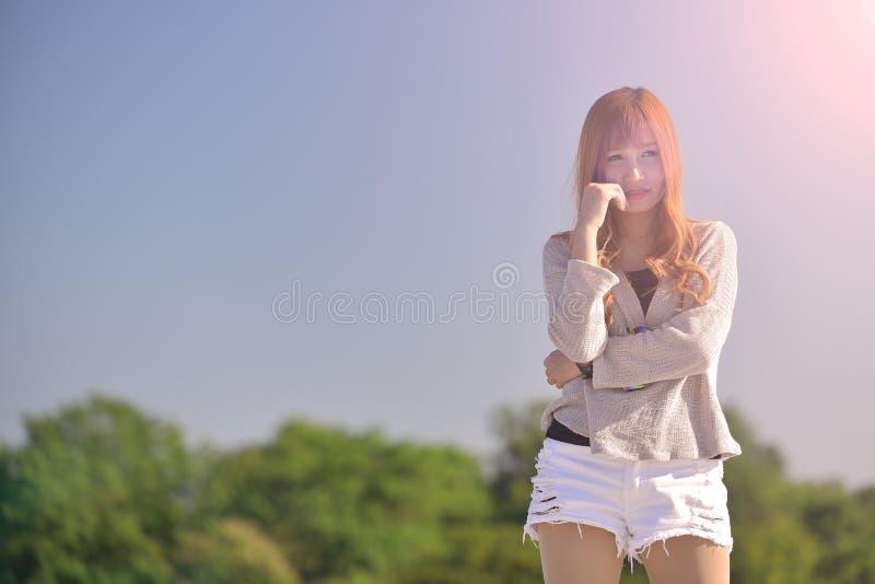 美丽的白肤金发的长的头发亚洲夫人画象时尚样式的 库存照片
