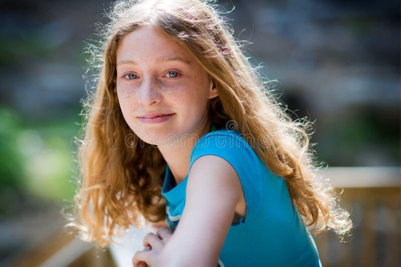 美丽的白肤金发的青少年的女孩 免版税库存照片