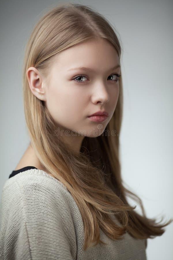 美丽的白肤金发的青少年的女孩画象. 发型, 白种人.图片