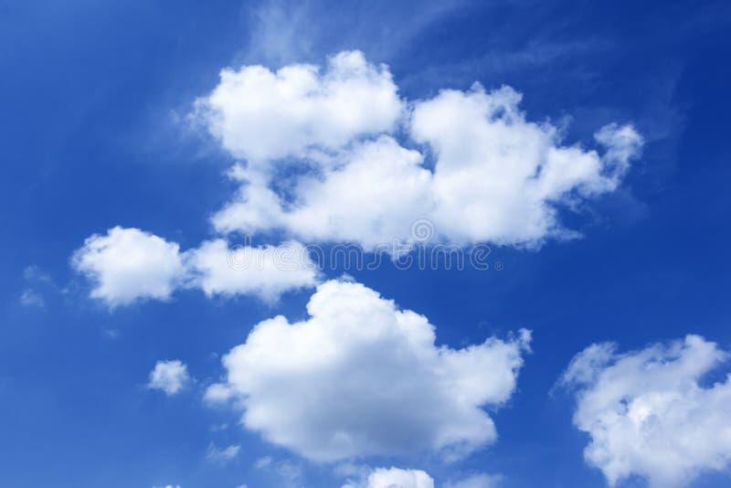 美丽的白色云彩在天空蔚蓝背景中 免版税图库摄影