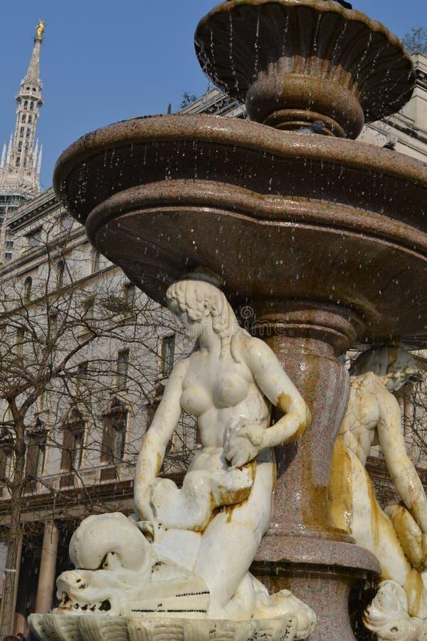 美丽的白色大理石古老三个美人鱼喷泉在米兰 库存图片