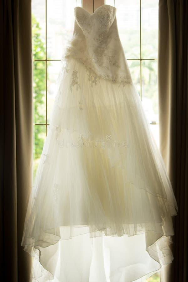 美丽的白色婚礼礼服在窗口里 免版税图库摄影
