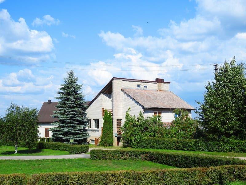 美丽的白色家和植物,立陶宛 库存图片