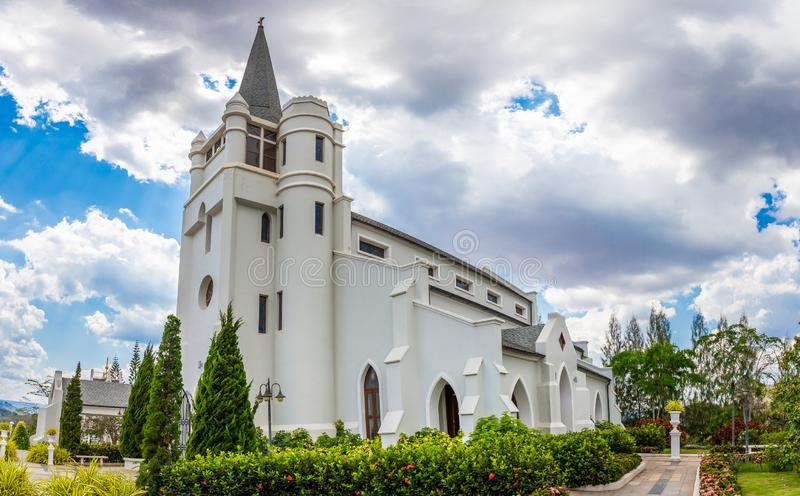美丽的白色教会全景在谷和自然中间的在朴Chong洛坤Ratchacima 库存图片
