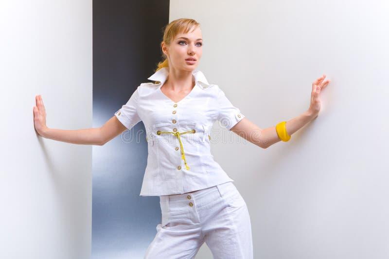 美丽的白色服装妇女年轻人 免版税库存照片