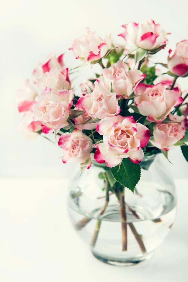 美丽的白色桃红色玫瑰花束  免版税库存照片