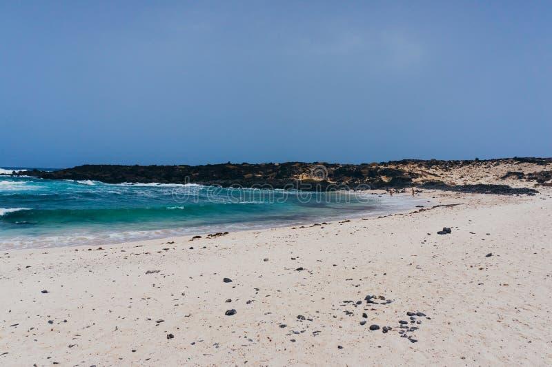 Download 美丽的白色沙子海滩在兰萨罗特岛 库存图片. 图片 包括有 火箭筒, 海岛, 通配, 火山, 空白, 场面 - 62531973
