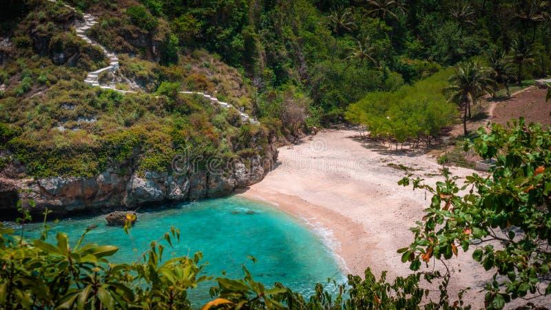 美丽的白色沙子的莱拉Sunbed 清楚的蓝色海洋, Atuh海滩,努沙Penida,巴厘岛,印度尼西亚 免版税图库摄影