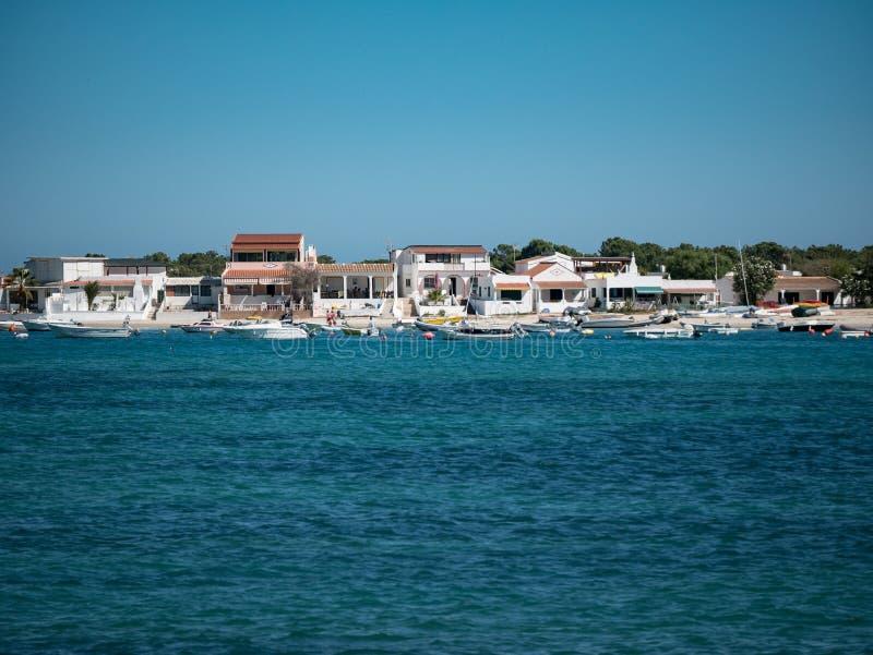 美丽的白色海滨别墅和小船, Olhao,阿尔加威,葡萄牙 库存照片