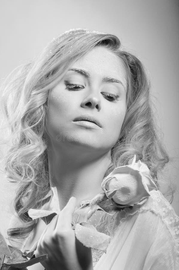 Download 美丽的皮肤多雪的妇女年轻人 库存图片. 图片 包括有 纵向, 设计, 题头, 构成, 女性, 肩膀, 头发 - 22354037