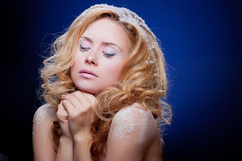 Download 美丽的皮肤多雪的妇女年轻人 库存图片. 图片 包括有 嘴唇, 表面, 白种人, 蓝色, 人员, 设计, 季节 - 22354141