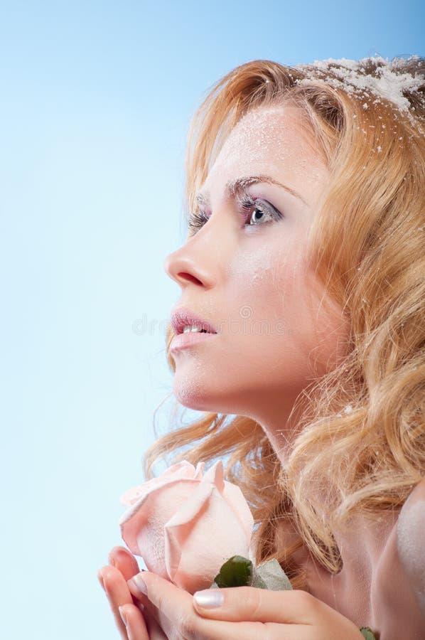 Download 美丽的皮肤多雪的妇女年轻人 库存图片. 图片 包括有 圣诞节, 人力, beauvoir, 女孩, 女性 - 22354389