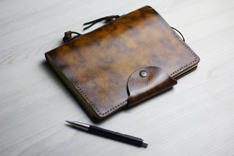 美丽的皮革笔记本的Flatlay在轻的背景的 图库摄影