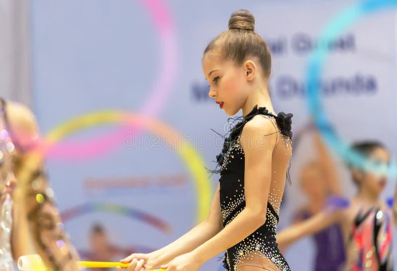 美丽的矮小的体操运动员 库存图片