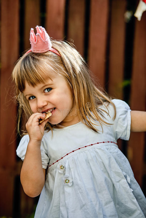 美丽的矮小的公主女孩 图库摄影