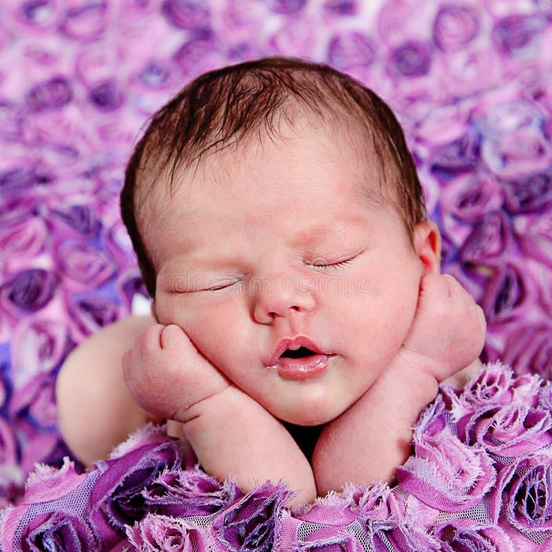 美丽的矮小的女婴在演播室 免版税库存照片