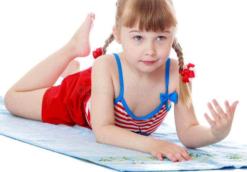 美丽的矮小的白肤金发的女孩 库存图片