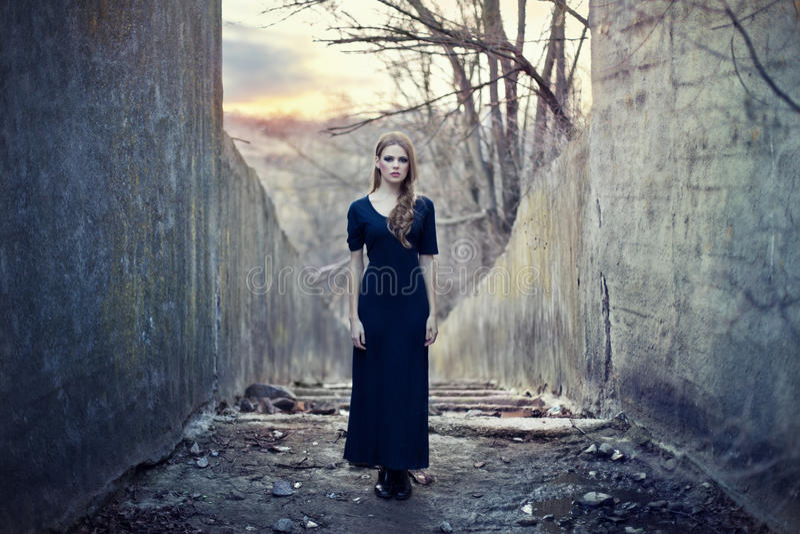 美丽的礼服女孩偏僻长 免版税库存照片