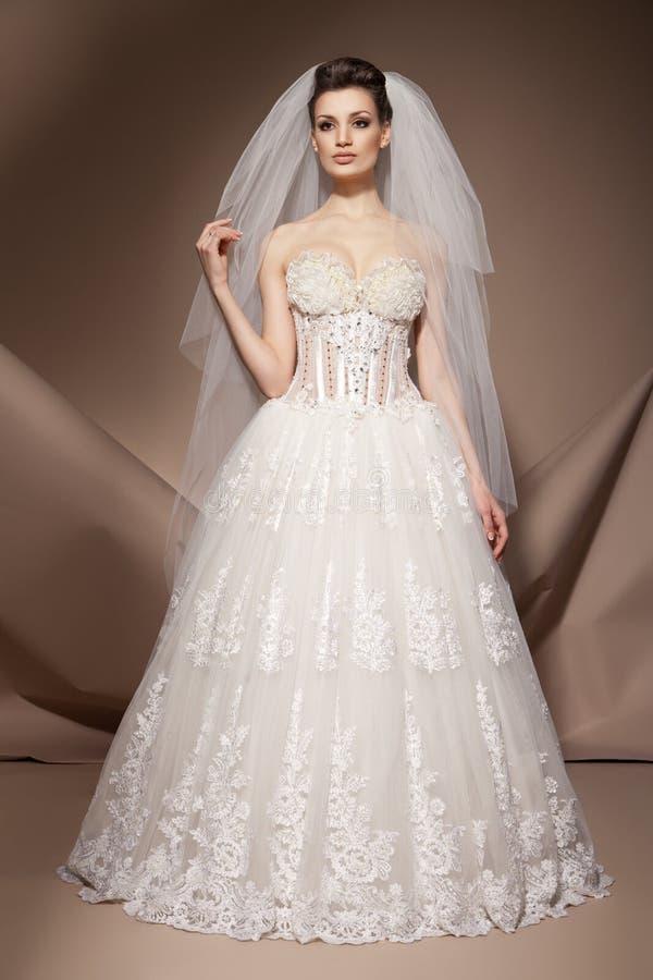 美丽的礼服婚礼妇女年轻人 库存图片