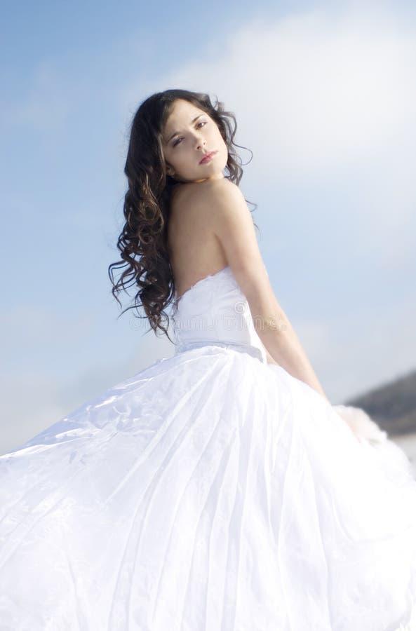 美丽的礼服柔和的女孩白色 免版税库存图片