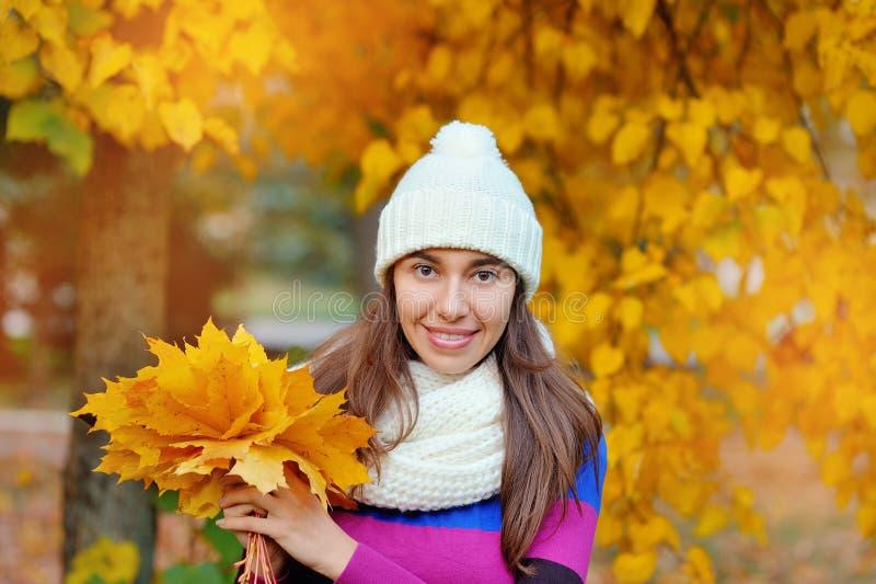 美丽的秋天妇女在金黄公园 免版税库存照片