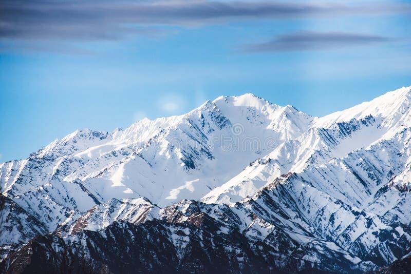 美丽的积雪的山在冬天 免版税图库摄影