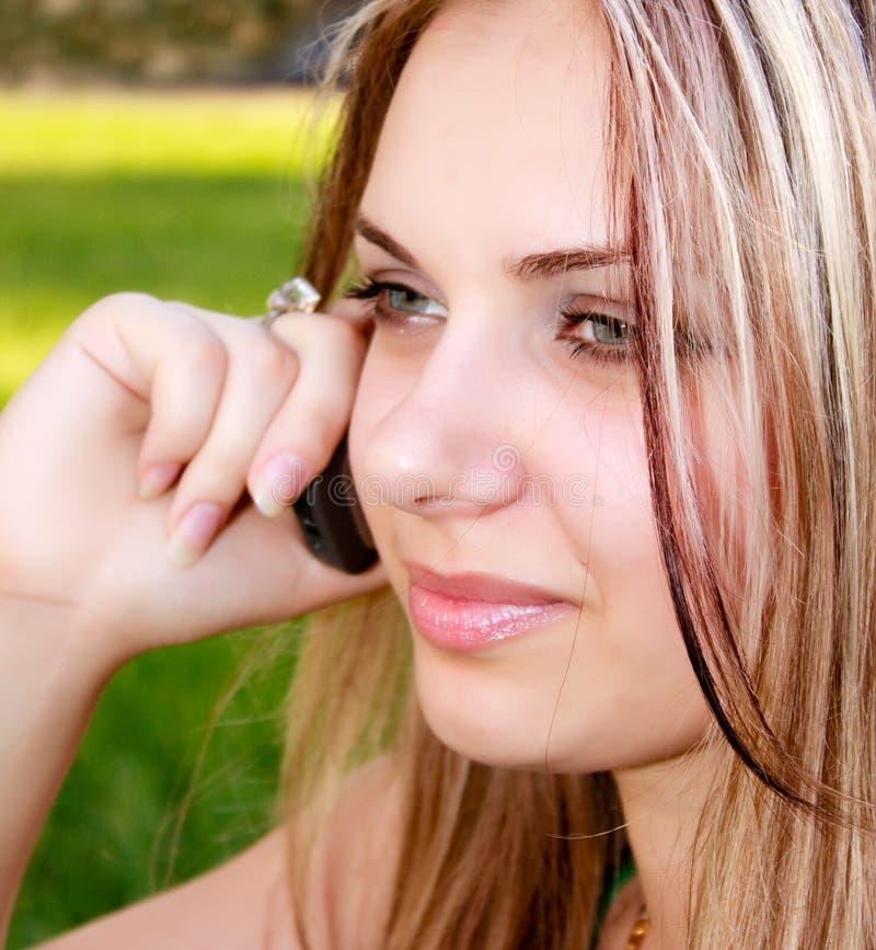美丽的移动电话告诉的妇女 库存图片