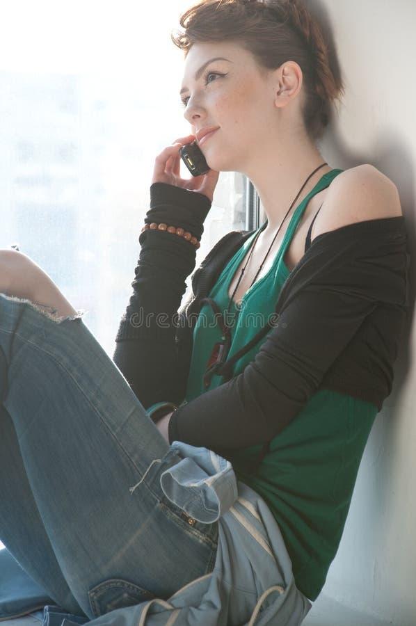 美丽的移动电话视窗妇女年轻人 库存照片