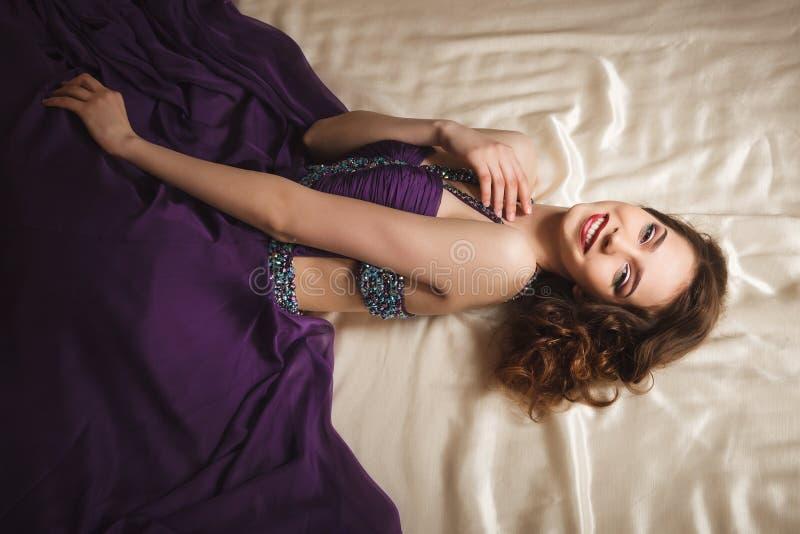 美丽的笑的妇女演播室射击有明亮的构成的 免版税库存图片