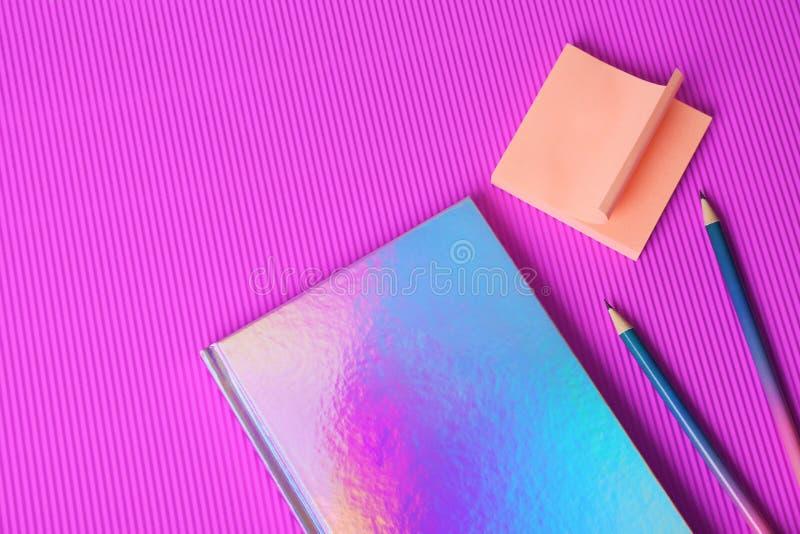 美丽的笔记本、稠粘的笔记和铅笔 免版税库存图片