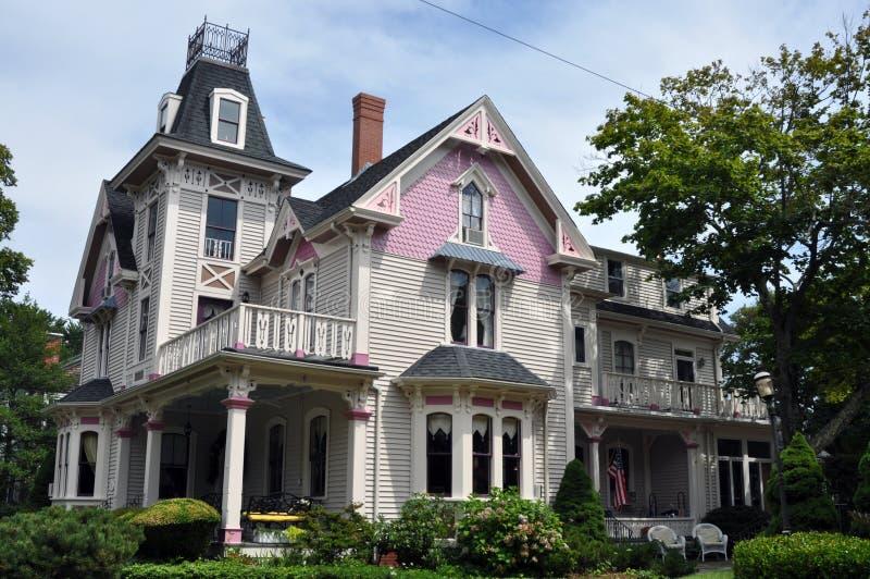 美丽的紫红色的房子维多利亚女王时&# 免版税库存图片