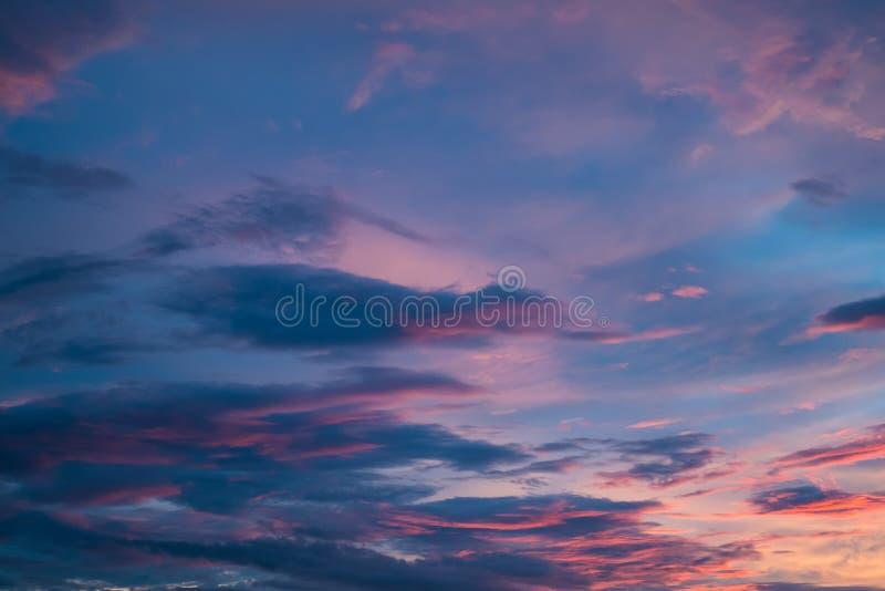 美丽的紫罗兰色天堂般的日落天空 免版税库存图片