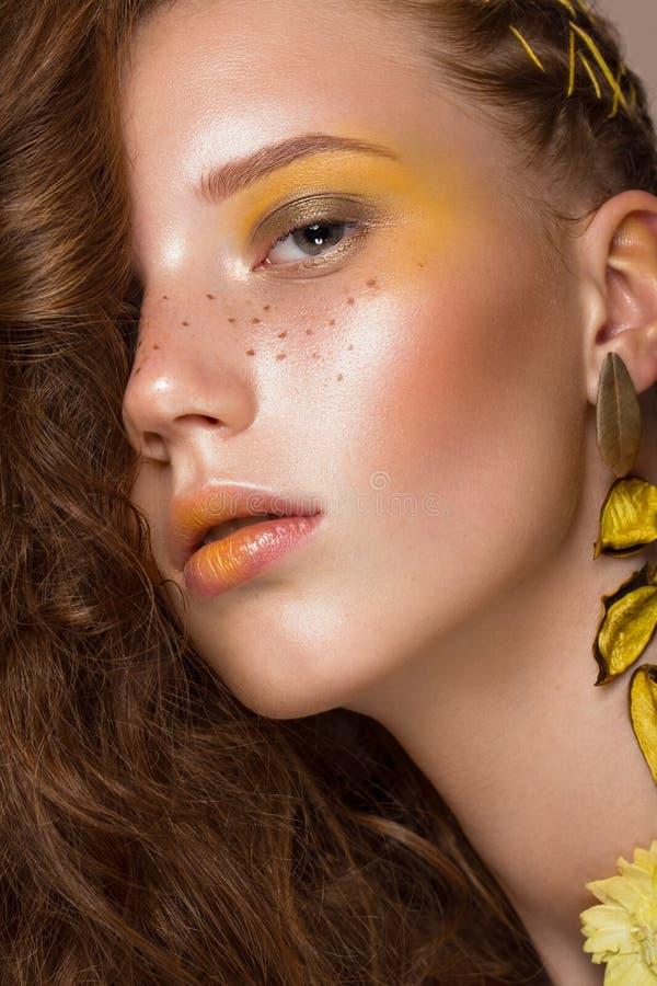 美丽的红发女孩画象有明亮地色的艺术构成和卷毛的 秀丽表面 免版税库存图片
