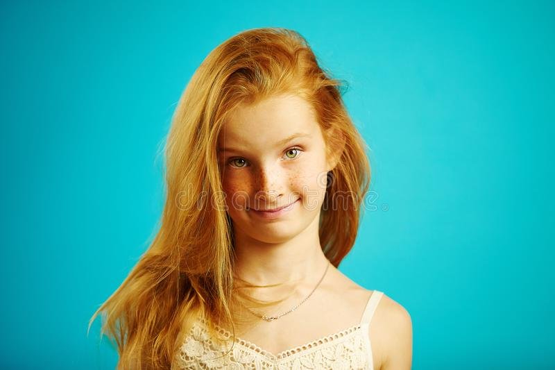 美丽的红发女孩画象有逗人喜爱的表示的显示满意和乐趣,有好心情和服从 库存图片