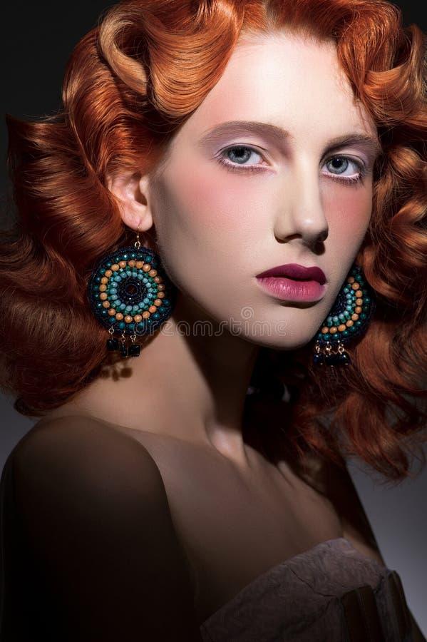 年轻美丽的红发妇女风格化画象  库存图片