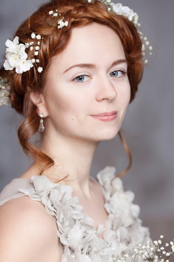 美丽的红发新娘画象  她安排与精美的完善的苍白皮肤脸红 开花头发她的白色 免版税库存照片