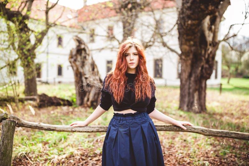 美丽的红头发人年轻女人室外画象 免版税图库摄影
