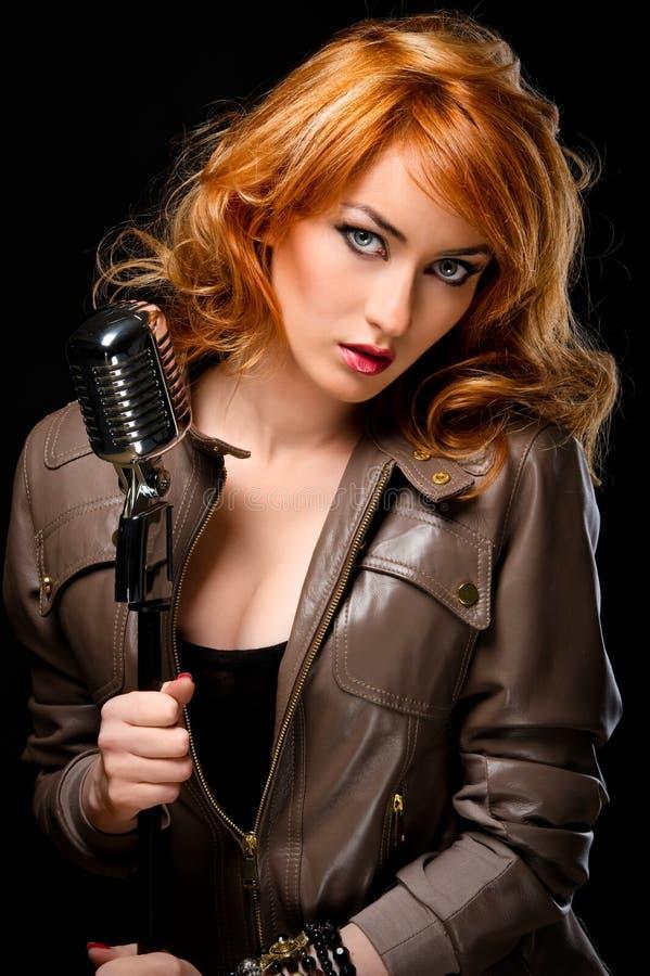 美丽的红头发人歌唱家 库存图片
