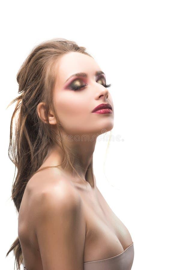 美丽的红色嘴唇和红色化妆师结束了眼睛旁边por 库存照片