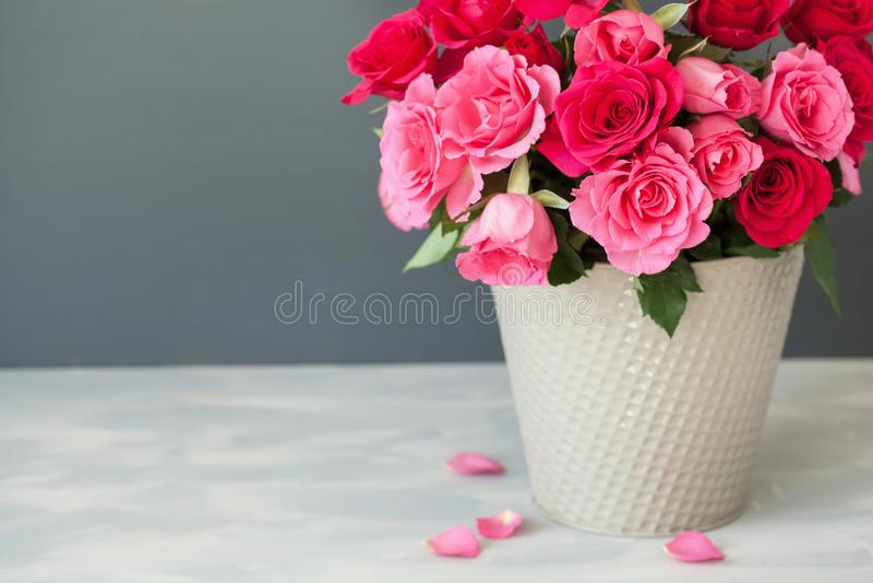 美丽的红色玫瑰开花在花瓶的花束 图库摄影