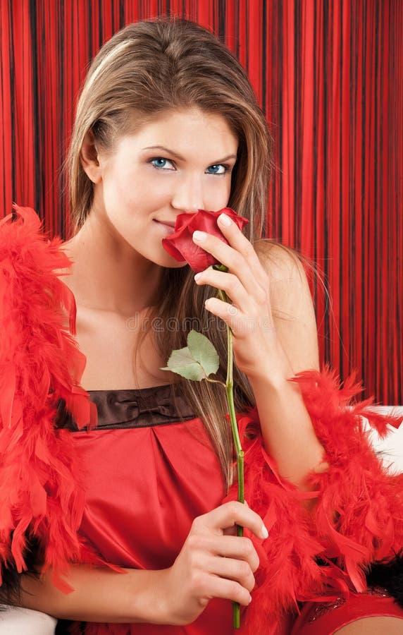 美丽的红色玫瑰性感的嗅到的妇女年& 免版税库存图片