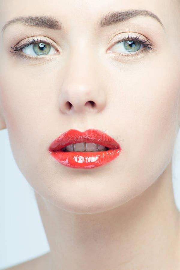 美丽的红色嘴唇,性感的白肤金发的妇女画象  库存图片