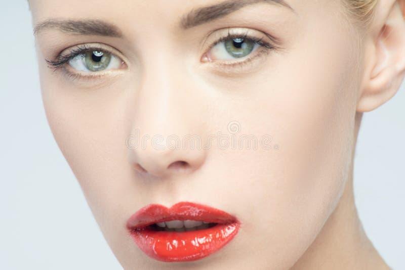 美丽的红色嘴唇,性感的白肤金发的妇女画象  免版税库存图片