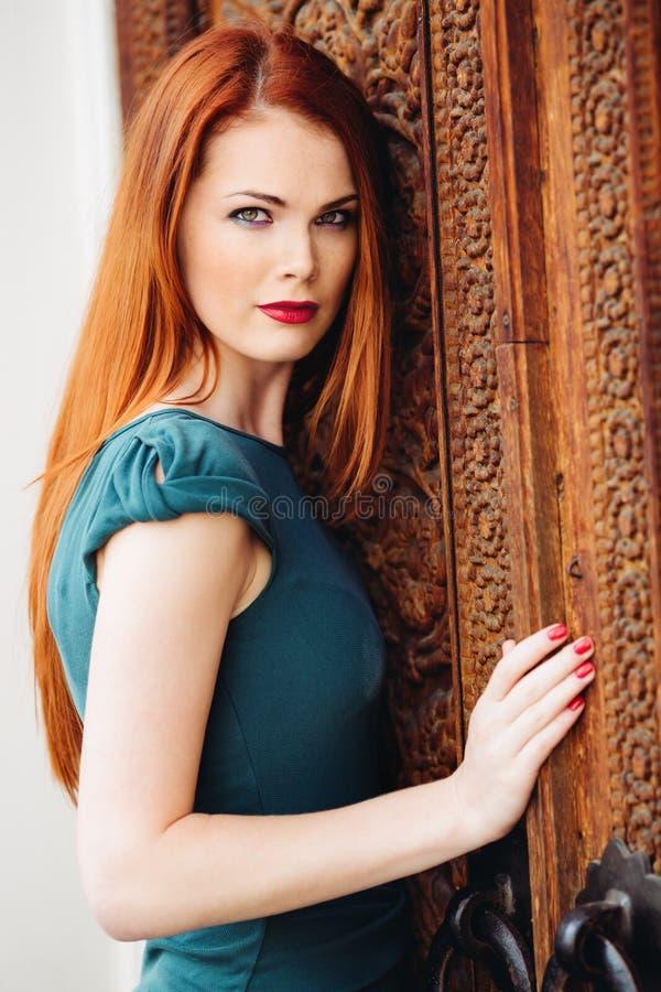 美丽的红头发人少妇室外画象  免版税库存照片