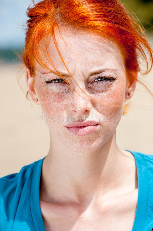年轻美丽的红头发人有雀斑的妇女生气 免版税库存图片